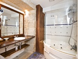 Cada habitación conta cun amplo baño privado